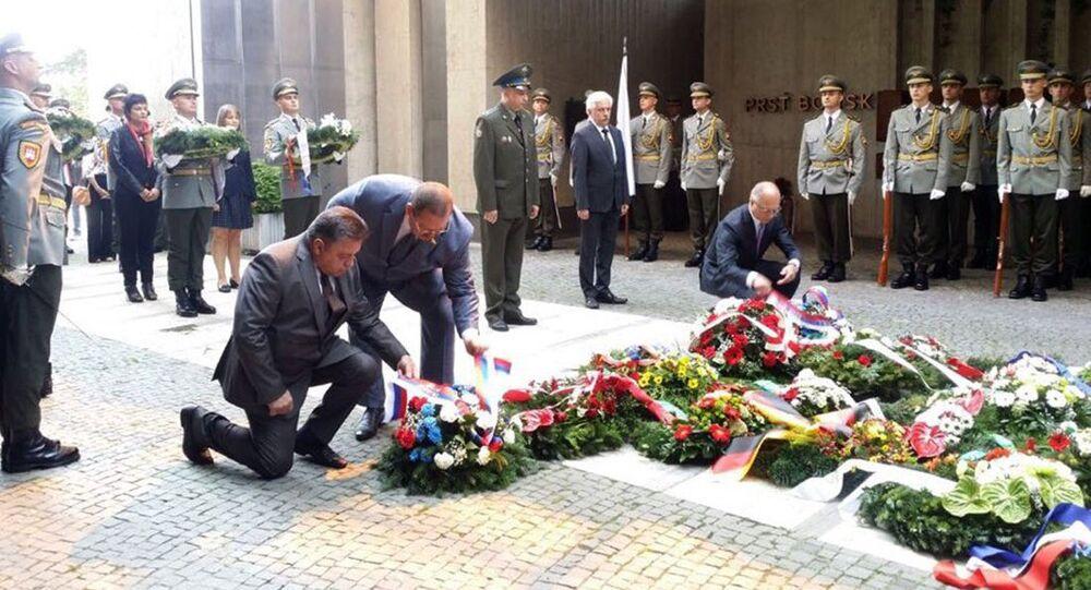 Ruští poslanci Oleg Mělničenko a Vjačeslav Timčenko během oslav SNP