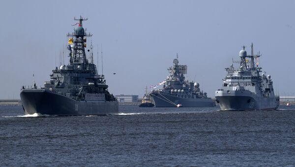 Velká výsadkoá loď Korolev, raketový křižník Maršal Ustinov a velká výsadková loď Ivan Gren na zkoušce přehlídky v Kronštadtu - Sputnik Česká republika