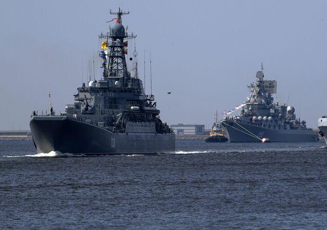 Velká výsadkoá loď Korolev, raketový křižník Maršal Ustinov a velká výsadková loď Ivan Gren na zkoušce přehlídky v Kronštadtu