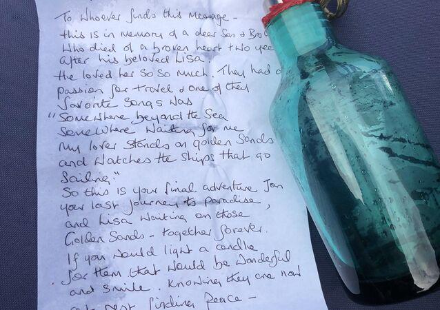 Láhev s dopisem, kterou objevili v Temži