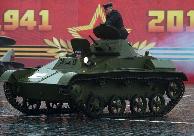 Tank T-60 na Rudém náměstí. Ilustrační foto