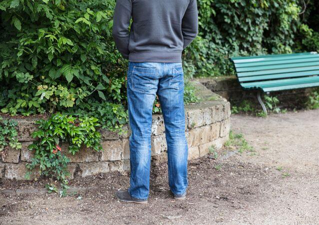 Muž konající potřebu. Ilustrační foto