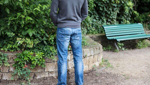 Muž konající potřebu. Ilustrační foto - Sputnik Česká republika