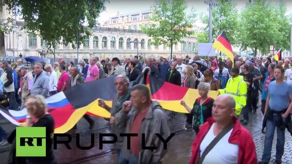 Protestní akce účastníků PEGIDA proti migrantům v Drážďanech - Sputnik Česká republika