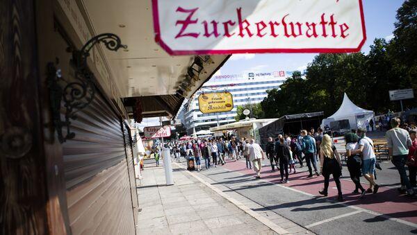 Lidé procházejí místem v Chemnitzu, kde byl 26. srpna zabit muž - Sputnik Česká republika