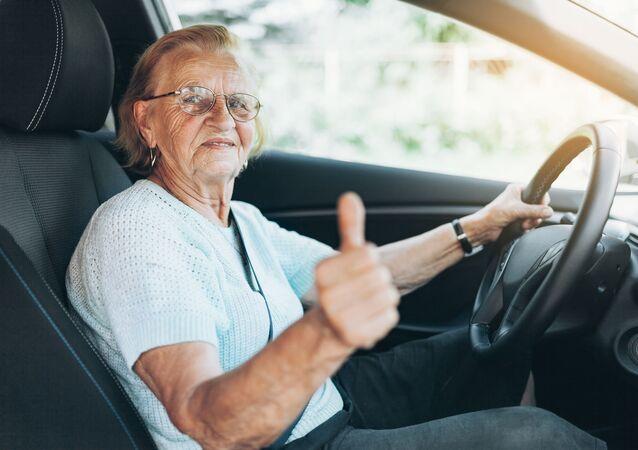 Starší paní za volantem