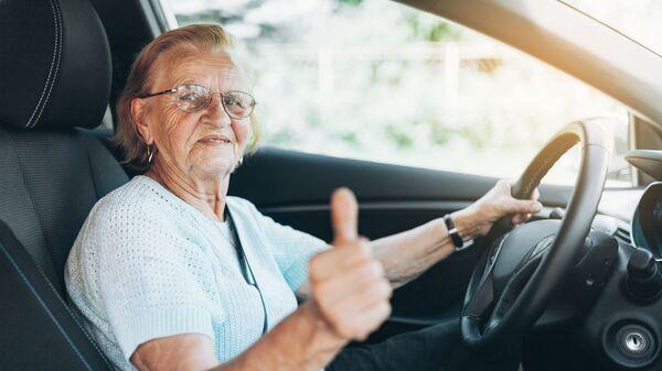 Starší paní za volantem - Sputnik Česká republika
