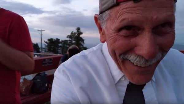 Dědeček nepochopil, kde má iPhone kameru - Sputnik Česká republika
