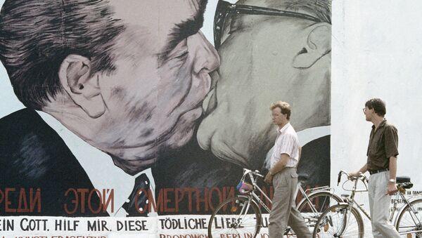 Lidé se dívají na zbytky berlínské zdi - Sputnik Česká republika