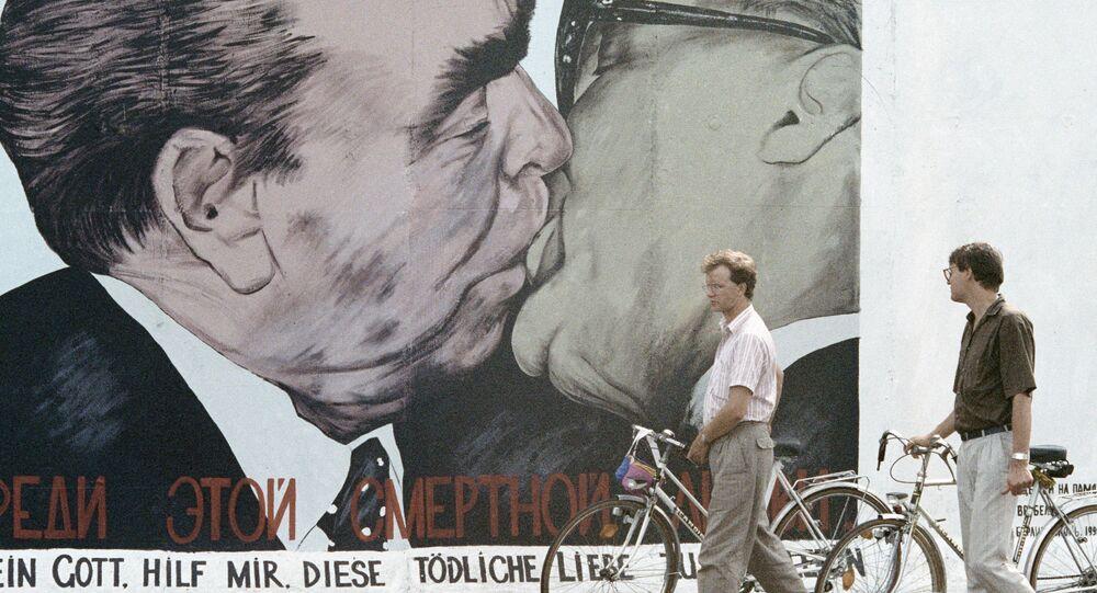 Lidé se dívají na zbytky berlínské zdi