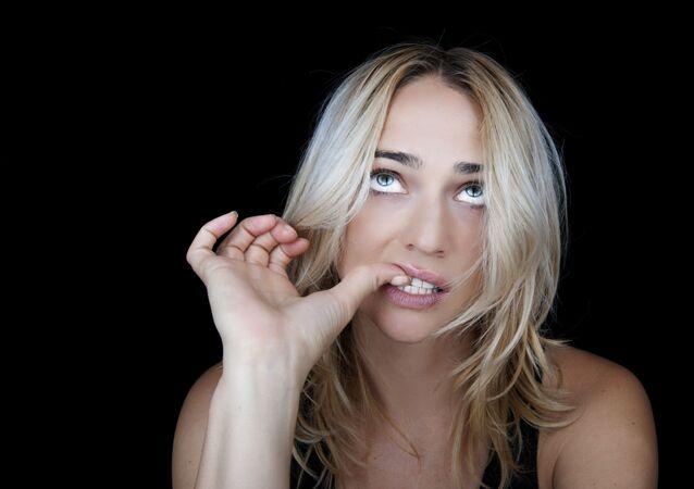 Dívka kousá nehty