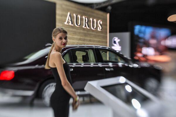 Dívka u auta Aurus Senat. - Sputnik Česká republika