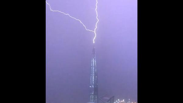 Věž Mordoru. Očití svědci natočili na VIDEO, jak blesk udeřil do nejvyšší budovy v Evropě - Sputnik Česká republika