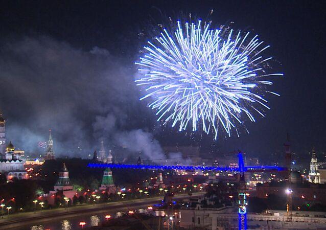 Tisíce ohňostrojů rozsvítily oblohu hlavního města v den 871. výročí založení Moskvy