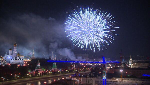 Tisíce ohňostrojů rozsvítily oblohu hlavního města v den 871. výročí založení Moskvy - Sputnik Česká republika