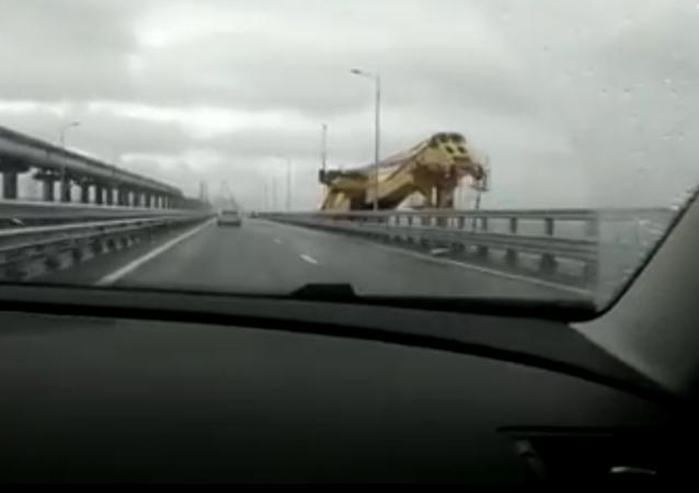 Na internetu se objevilo VIDEO kolize plovoucího jeřábu s Krymským mostem