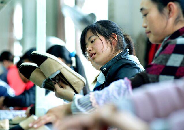 Dělnice pracují v čínské továrně