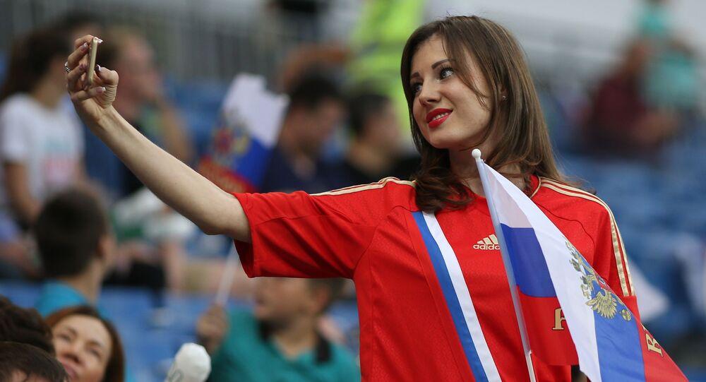 Dívka se fotí na tribunách před zahájením přátelského fotbalového utkání mezi Českem a Ruskem.