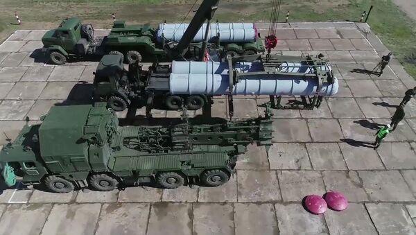 Nabíjení protiletadlového raketového systému S-300 - Sputnik Česká republika