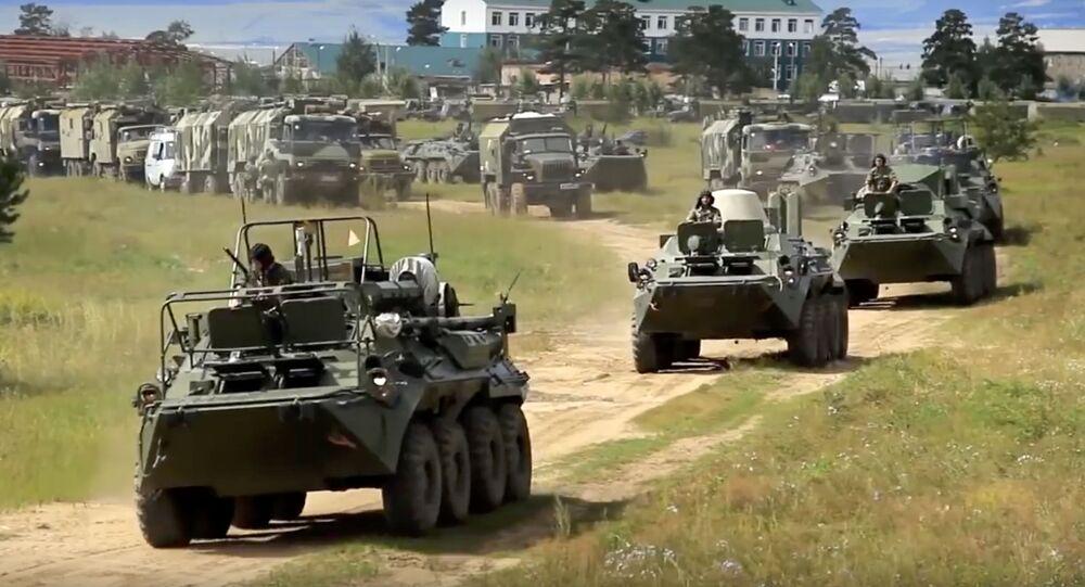 Ruské obrněné transportéry během vojenského cvičení (ilustrační foto)