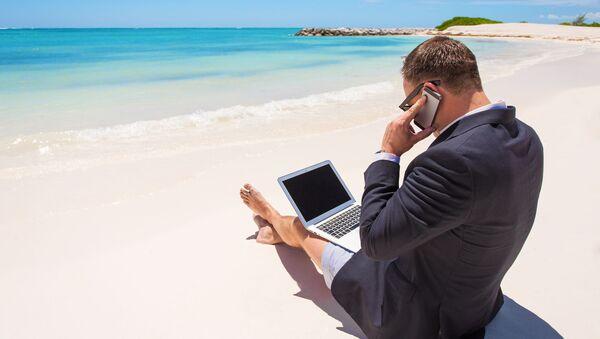 Podnikatel s notebookem na pláži - Sputnik Česká republika