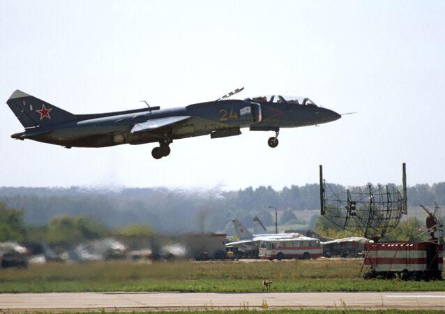 Nadzvukové, víceúčelové bojové letadlo s technologií V/STOL Jak-141