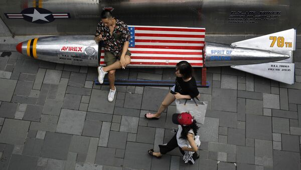 Lavice ve tvaru bomby s vlajkou USA v obchodním centru v Pekingu - Sputnik Česká republika