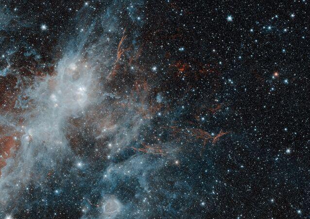 Один из самых больших остатков сверхновой звезды в Млечном пути под названием HBH 3, сфотографированный телескопом NASA Spitzer