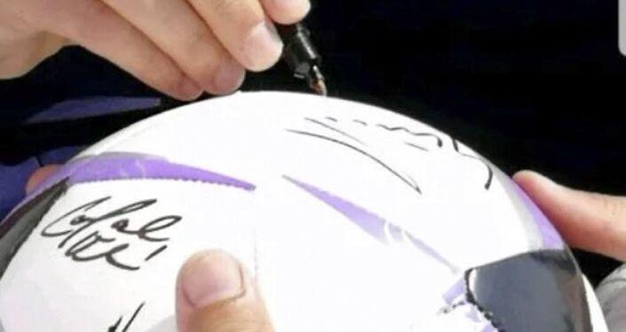 Míč s podpisy hráčů české reprezentace