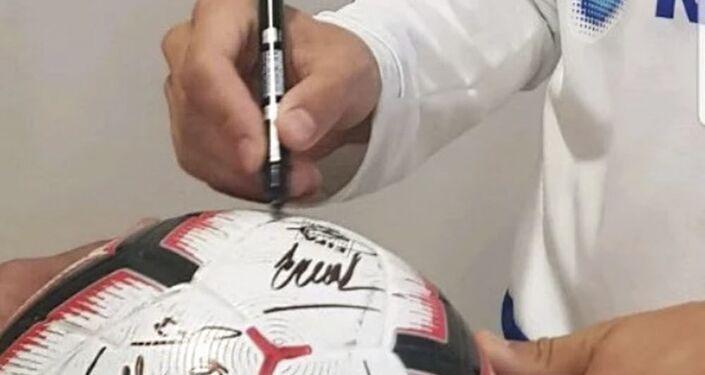 Míč s podpisy ruských fotbalistů