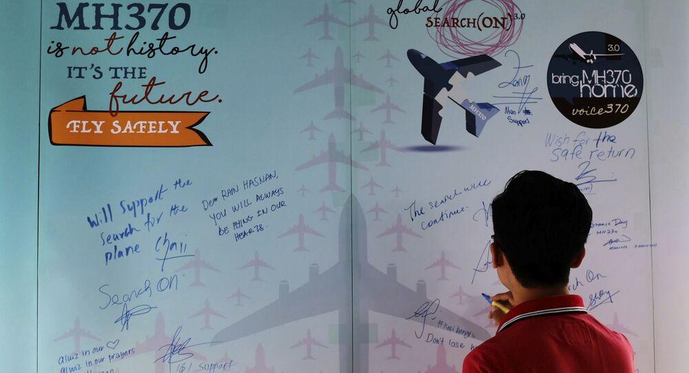Muž vyjadřuje soustrast v Den památky havárie Boeingu MH370