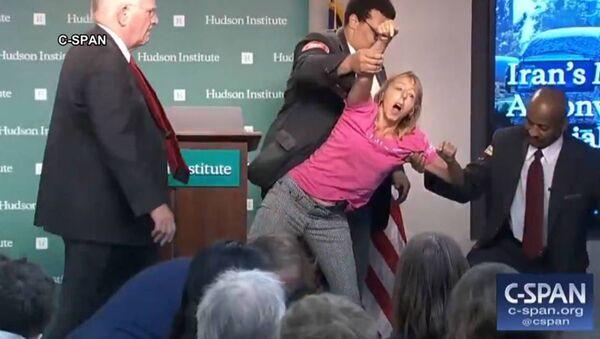 Americkou aktivistu Medeu Benjaminovou vyhazují z jednací síně Hudson Institutu - Sputnik Česká republika