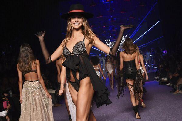 Přehlídka kolekce spodního prádla Etam v rámci Pařížského módního týdne - Sputnik Česká republika