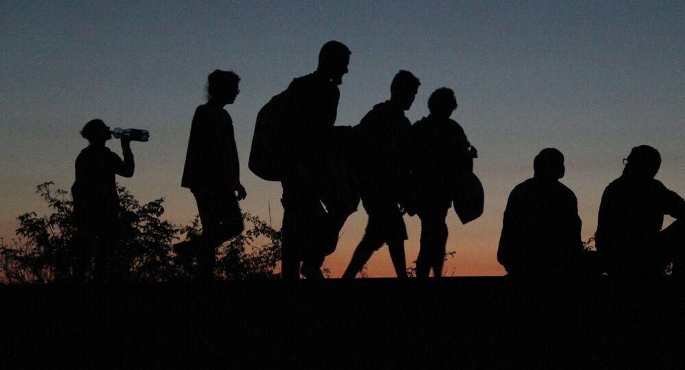 Migranti, kteří překročili srbsko-maďarskou hranici jdou pěšky do Rakouska a Německa