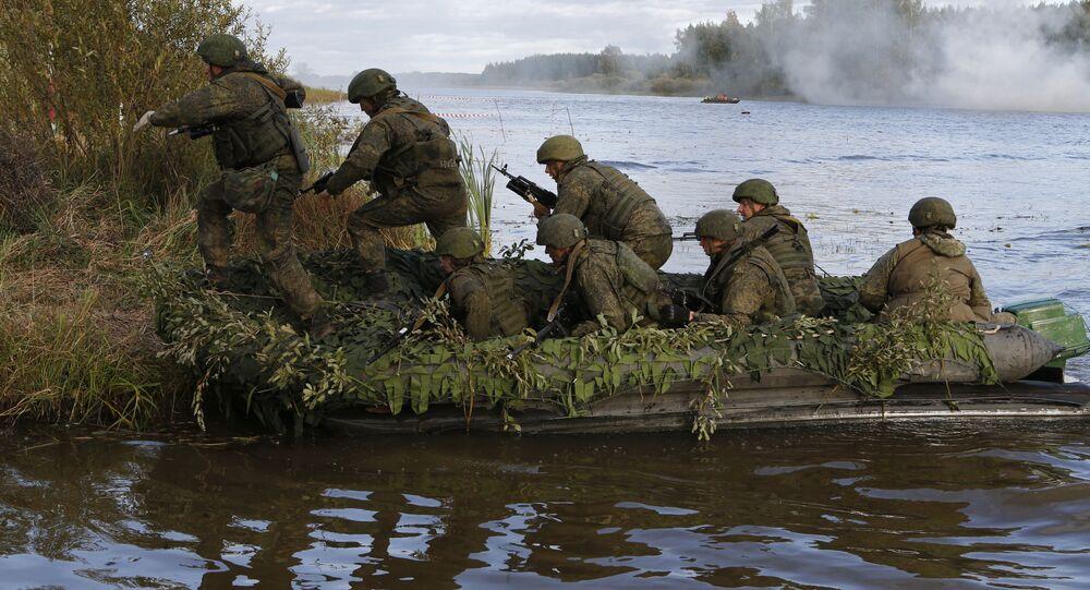 Военнослужащие форсируют водную преграду в ходе тактических учений подразделений 98-й воздушно-десантной дивизии ВДВ на полигоне «Песочное» в Костромской области