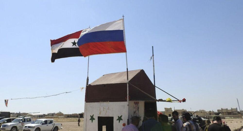 Syrská a ruská vlajka. Ilustrační foto