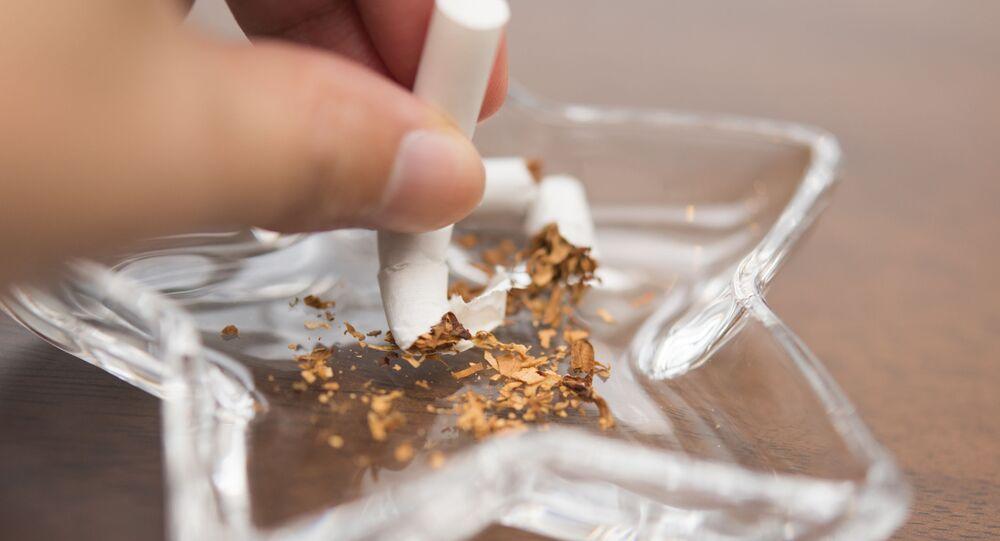 Cigareta v popelníku.