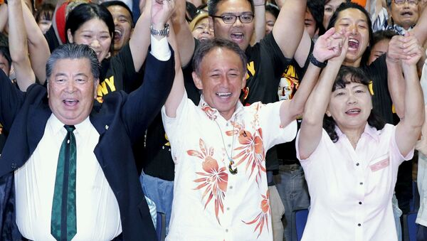 Japonský politik Denny Tamaki oslavuje své vítězství ve volbách gubernátora - Sputnik Česká republika