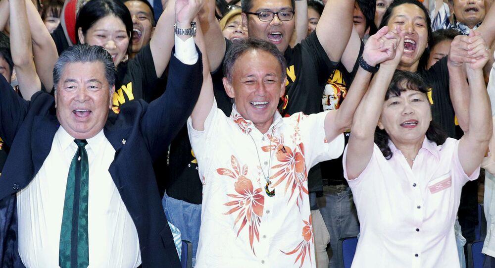 Japonský politik Denny Tamaki oslavuje své vítězství ve volbách gubernátora