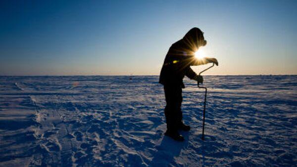 Ruský vědec vrtá led na stanice Barneo na severním pólu. Ilustrační foto - Sputnik Česká republika
