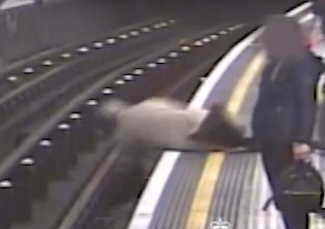 V londýnském metru shodili na koleje 91letého bývalého šéfa Eurotunelu