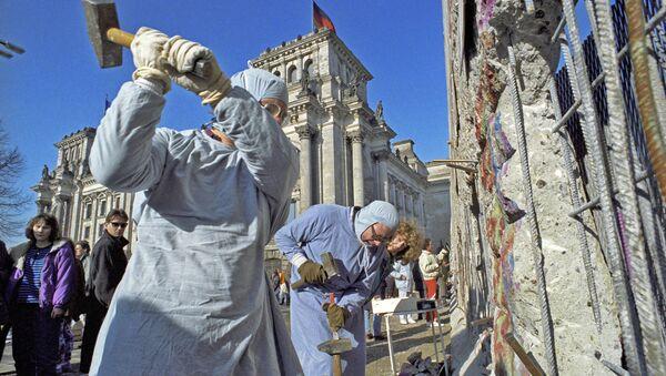 Obyvatelé NDR rozebírají Berlínskou zeď. 1990 - Sputnik Česká republika