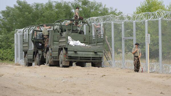 Vojáci maďarské armády staví plot na hranici se Srbskem - Sputnik Česká republika