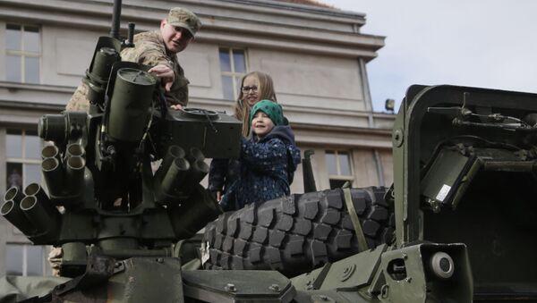 Americký voják ukazuje dětem obrněné vozidlo Stryker v Praze - Sputnik Česká republika