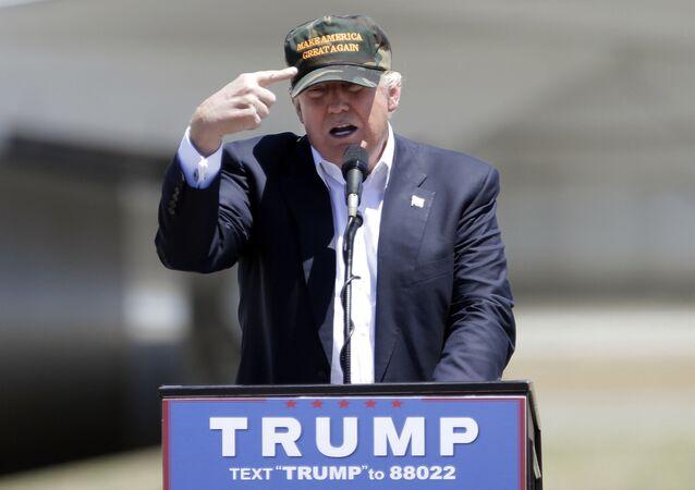 Americký prezident Donald Trump s kšiltovkou Make America Great Again