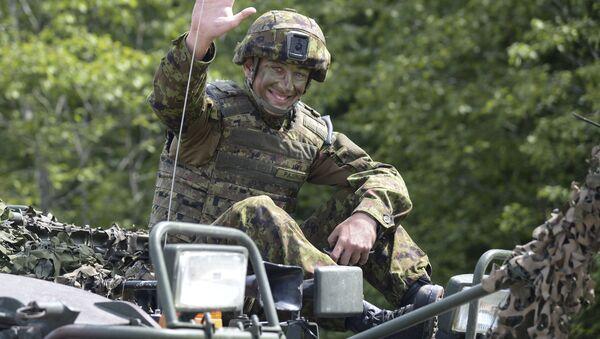 Voják během cvičení Saber Strike-2016 v Estonsku - Sputnik Česká republika