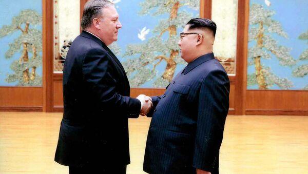 Vůdce KLDR Kim Čong-un a americký ministr zahraničí Mike Pompeo - Sputnik Česká republika