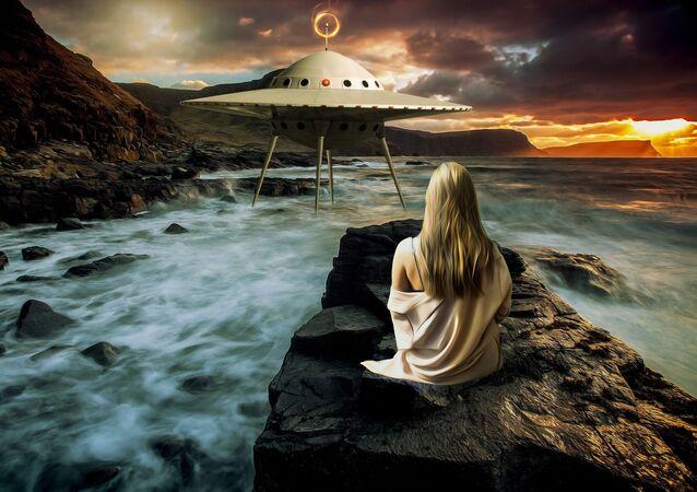 Dívka a létající talíř. Ilustrační foto