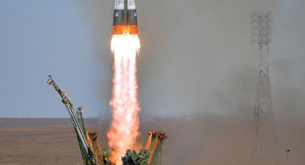 Start nosné rakety Sojuz-FG s pilotovanou lodí Sojuz MS-10 z Bajkonuru