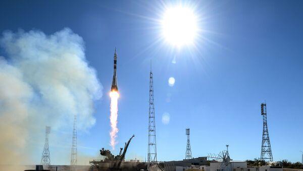 Start nosné rakety Sojuz-FG s pilotovanou lodí Sojuz MS-10 z kosmodromu Bajkonur - Sputnik Česká republika